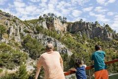 Krka Kroatien, Juli 14 2017: Tre personer tycker om sikten på fartygturen till den Krka nationalparken Fotografering för Bildbyråer