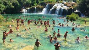 Krka park narodowy, Chorwacja, Sierpień 14 2017, Dużo zaludnia dopłynięcie w jeziorze, Piękny ciepły letni dzień zbiory