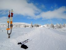 KrkonoÅ ¡ e山-滑雪道路 免版税库存图片