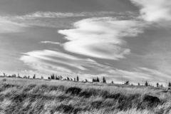 Krkonose秋季风景与黄色草和独特的cloudscape,巨人山,捷克的 免版税库存照片