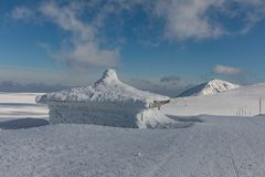 Krkonose山冬天风景与Snezka小山的 美好的冬天风景Krkonos在一个晴天 免版税库存照片