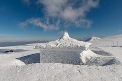 Krkonose山冬天风景与Snezka小山的 美好的冬天风景Krkonos在一个晴天 免版税图库摄影