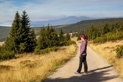 Το κορίτσι κοιτάζει έξω πέρα από τα βουνά, τσεχικά βουνά Krkonose Στοκ Φωτογραφία