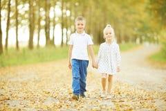 Kärlekshistoriabarn pojke och flicka Fotografering för Bildbyråer