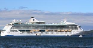 Królewski Karaibski promieniowanie morza statek wycieczkowy w Alaska Obrazy Stock