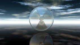 Kärn- symbol under molnig himmel Arkivbild