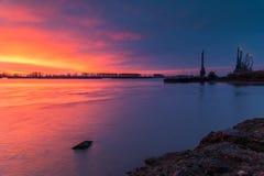 Kräne bei Sonnenaufgang in der Werft Stockfotos