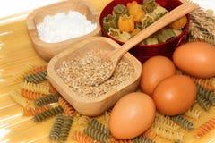 Körner des Weizens mit Teigwaren und Lebensmittelinhaltsstoff Lizenzfreies Stockbild