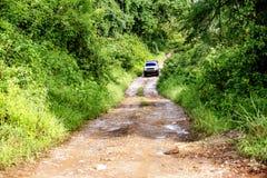 Körning av Av-vägen på den avlägsna grusvägen Royaltyfria Bilder