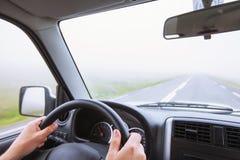 Körning av bilen i dimma, dåligt vädervillkor, väg Arkivbild