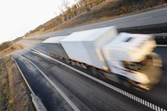 körning av den fartfyllda lastbilen Royaltyfria Bilder