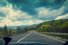 Körning av en bil på bergvägen Arkivbild