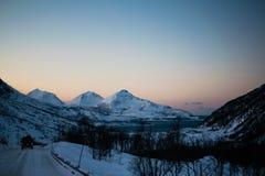 Körning till och med Ersfjordbotn berg Royaltyfri Fotografi