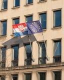 Kroat och EU-flagga på kontorsbyggnad royaltyfria foton