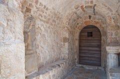 - kroat St Lucia kościelny wejściowy drzwi przy jurandvor Bask, Krk - Zdjęcia Royalty Free