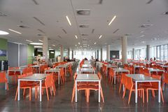 Kroatië, Fiume, Jun 28, 2018 Modern binnenland van studentenrestaurant stock afbeelding