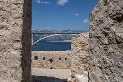 Kroatië, Pag-eiland, PaÅ ¡ ki de meesten, PaÅ ¡ ki overbrugt, overbrugt, oud watchtower, zonnige ruïnes, Eiland Pag, Europa, klip royalty-vrije stock fotografie