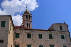 Kroatien Å-ibenik - den Franciscan kloster med klockatornet av århundradekyrkan för th 14 av St Francis royaltyfria bilder