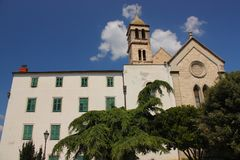 Kroatien-, Å-ibenik - kyrka av St Francis av det fjortonde århundradet och den Franciscan kloster royaltyfri fotografi