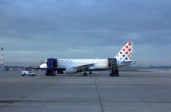 Kroatien Aerlines A319 som servas av jordbesättningen i Zagreb Arkivbild