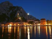 Kroatien-alte Stadt Omis nachts Lizenzfreie Stockfotos