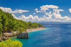 Kroatien Brela, adriatisches Meer und schönes Strand punta rata, Dalmatien am Sommer Lizenzfreie Stockfotos