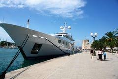 Kroatien, eine Lieferung verankert, Leute, die in der Nähe gehen. lizenzfreie stockbilder