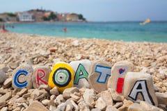 Kroatien-Farbe auf Steinen auf dem adriatischen Meer des Strandes Lizenzfreie Stockfotos