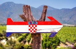 Kroatien-Flaggenholzschild mit Weinkellereihintergrund Lizenzfreies Stockfoto
