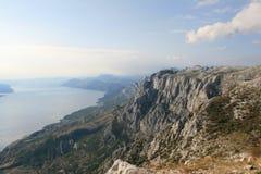 Kroatien/Idyl/berg och Adriatiska havet seglar utmed kusten Royaltyfria Foton