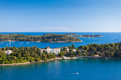 Kroatien-Inseln und adriatisches Meer. Vogelperspektive von Rovinj Belfry Lizenzfreie Stockfotos