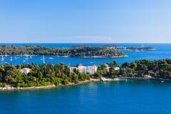 Kroatien-Inseln und adriatisches Meer. Vogelperspektive von Rovinj Belfry Stockfotos