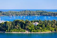 Kroatien-Inseln und adriatisches Meer. Vogelperspektive von Rovinj Belfry Lizenzfreies Stockbild
