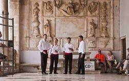 Kroatien traditionell musik för körallsång på en marmor täckte balcon Arkivbild