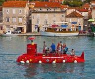 Kroatien turister på en röd halv ubåt framme av islan Ciovo Royaltyfri Fotografi