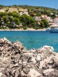 Kroatiens Küstenlinienfelsen Stockbilder