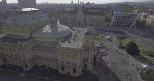 Kroatisch nationaal theater in de antenne van Zagreb stock video