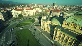 Kroatisch nationaal theater in Zagreb - antenne stock footage