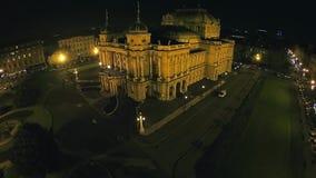 Kroatisch nationaal theater in Zagreb - luchtschot stock footage