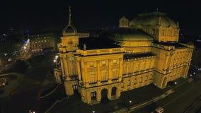 Kroatisch nationaal theater in Zagreb - luchtschot stock videobeelden
