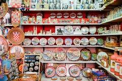 Kroatische die herinneringen voor verkoop bij giftopslag in centrale landbouwers\ wordt gevestigd 'markt Dolac Gornji Grad zagreb royalty-vrije stock foto