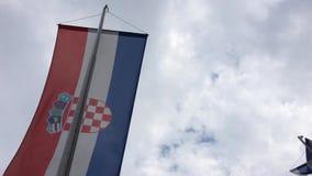 Kroatische Flagge auf dem Pfosten stock video footage