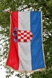 Kroatische Flagge draußen Stockbild