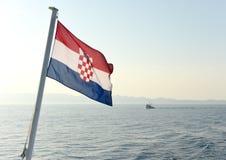 Kroatische Flagge und Schiff in Meer Stockfotografie