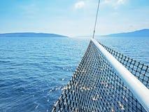 Kroatische Inseln im adriatischen Meer mit einem Schiff ` s beugen im Vordergrund Lizenzfreie Stockfotografie