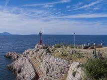 Kroatische kust met kleine vuurtoren Royalty-vrije Stock Foto's