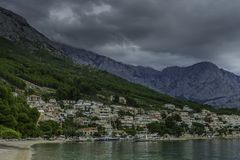 Kroatische Seeansicht mit Bergen in Brela, Makarska Riviera, Kroatien Stockbild