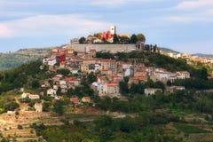 Kroatische stad op een heuvel Stock Afbeelding