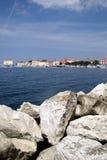 Kroatische Stadt Porec an der adratic Küste mit blauen Skylinen Lizenzfreie Stockbilder