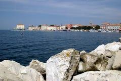 Kroatische Stadt Porec an der adratic Küste mit blauen Skylinen Stockfoto